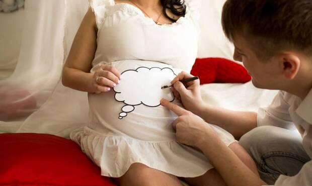 bebek bekleyen ailelerin en çok zorlandığı konulardan biri bebeğin ismine karar vermektir. Anne ve baba arasında karasızlık yaşanabilir, bir de araya arkadaş ve aile büyükleri de dahil olursa içinden çıkılmaz bir hal alabilir. Hatta kararsızlığın tatlı tartışmalara da sahne olduğu zamanlar olur. Peki, siz bu süreci nasıl geçirdiniz ve bebeğinizin ismini kim koydu?