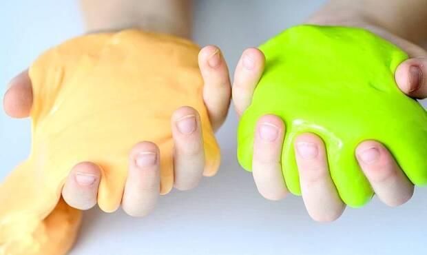 Çocukların oyun oynamak için kırtasiyelerden satın aldığı yarı akışkan slime isimli oyuncakta uyuşturucu hammaddeleri olduğu ortaya çıktı. Dermatoloji Uzm. Dr. Emine Özge Ayabakan, slime oyun hamurunun çocuk sağlığına etkilerini anlattı.
