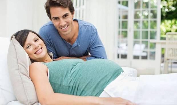Kadın Hastalıkları ve Doğum Uzmanı Yrd. Doç. Dr. Deniz Gökalp Kaya gebelik sürecinin hemen öncesinde ve gebelik boyunca çiftleri dolayısıyla erkekleri nelerin beklediğini ve bu dönemlerde nasıl davranmanın daha mutlu bir gebelik süreci geçirmeye yardımcı olabileceğini anlattı.