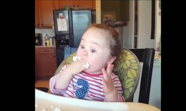 Down sendromlu sevimli meleğin krem şantiyle ilk buluşması izleyenleri gülümsetiyor. Binlerce kişi tarafından izlenen video sosyal medyada da büyük ilgi görüyor...