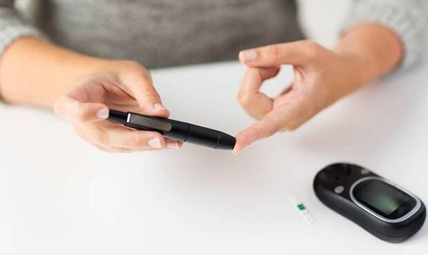 Tip 2 diyabet, obezite ile en sık bağlantılı hastalık türüdür ve tüm şeker hastalarının yaklaşık yüzde 90'ı tip 2 diyabetlidir. Tip 2 diyabetin nasıl tedavi edileceğini Genel Cerrahi Uzmanı Doç. Dr. Kamil Gülpınar anlatıyor.