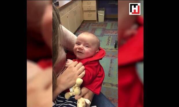 Şiddetli işitme kaybı sorunu olan bebek annesinin kucağında ağlıyordu ta ki onun sesini duyana kadar... Kulağına yerleştirilen cihazla annesinin ona seslendiğini duyan sevimli bebek, ağlamayı bıraktı ve gülümsemeye başladı. İşte o anlar...