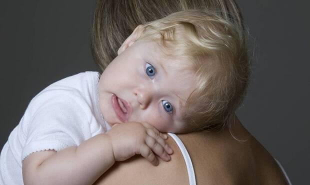 """""""Hıçkırığın bebeklerde çok görülmesinin sebebi, emme sırasında midede sıkışan havadır. Bu havanın dışarı çıkabilmesi için yarattığı gerginlik, hıçkırığa sebep olur"""" diyen Çocuk Sağlığı ve Hastalıkları Uzmanı Dr. R. Süha Ünüvar, bebeklerde hıçkırığı geçirmek için yapılması gerekenleri anlattı."""