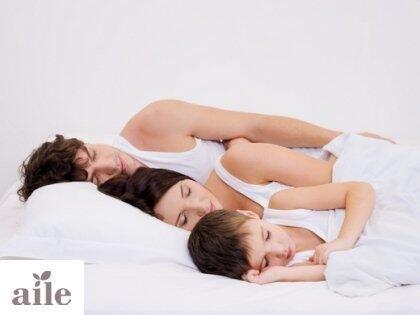 Anne-babayla uyuyan çocuk