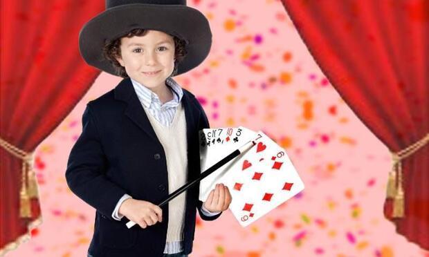 Bu çocuk sihirbaz olduğuna inanıyor