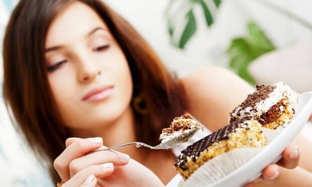 Stresliyken yüksek kalorili besinlere yöneliyoruz