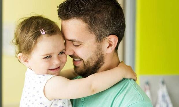 Sakalını kesen babaya küçük kızın verdiği komik tepki