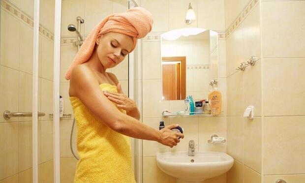 Duştan çıkar çıkmaz cildinizi nemlendirin