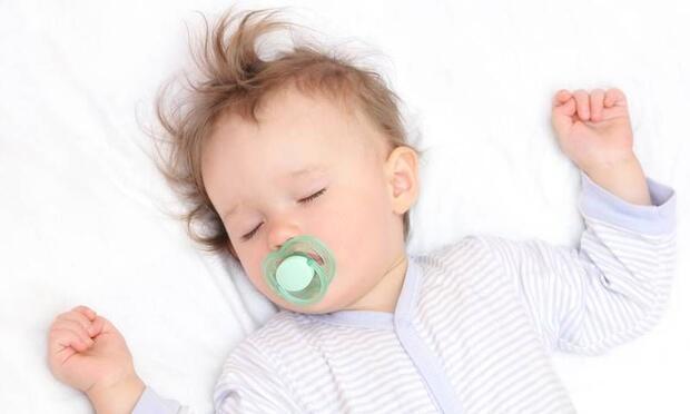 Bebeğinize uyurken yalancı emzik verin!