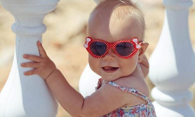 Çocuklar güneş gözlüğü takmalı mı?