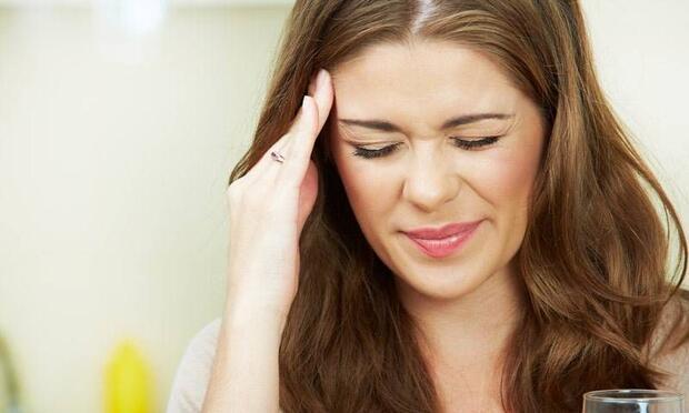 Başınız ağrıdığında karanlık bir odada oturun