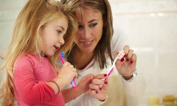 Çocuklar diş sağlığında anne ve babayı örnek alıyor