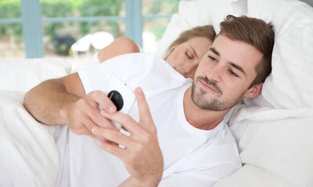 Bir erkeğin karısını aldattığını gösteren 12 işaret