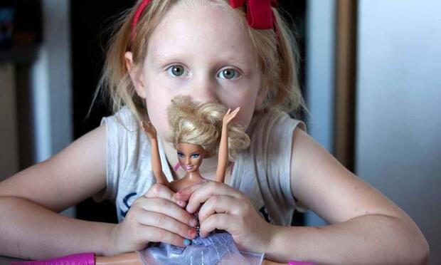 Kızlar, şişman oyuncaklarla oynamayı reddediyor