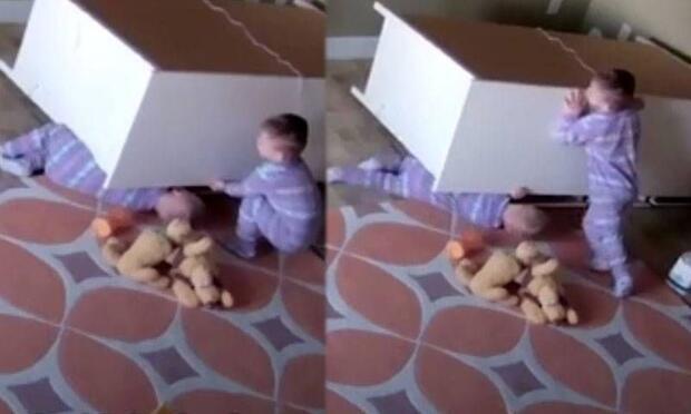 İki yaşındaki bebek kardeşini böyle kurtardı