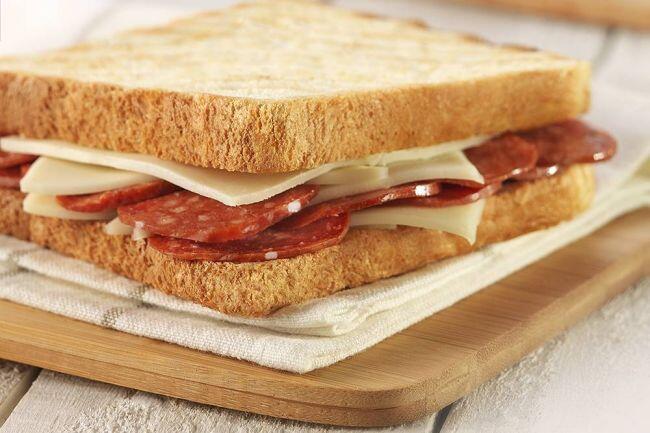 Sucuklu kaşarlı doyuran tost tarifi