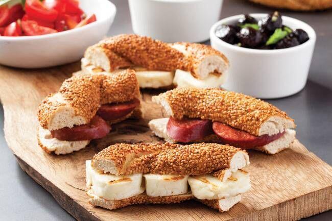 Hellimli ve sucuklu mini simit sandviçler