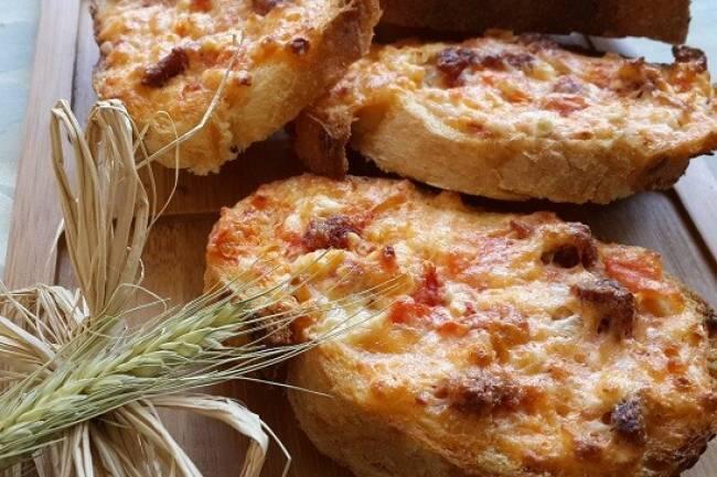 Fırında yumurtalı sucuklu peynirli ekmek dilimleri tarifi