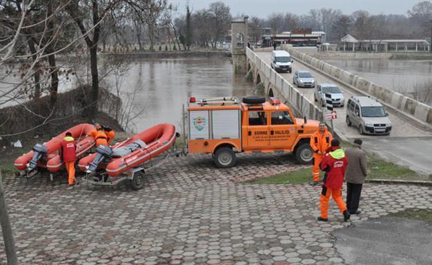 Flood risk evacuates homes, offices in northwestern Turkey