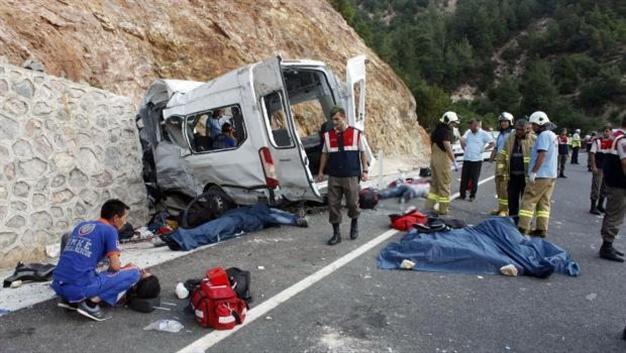 VIDEO: 10 Syrians, one Turk die in overcrowded minibus crash in