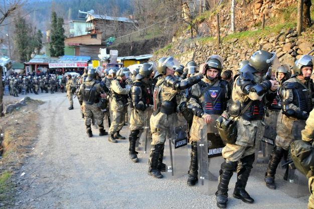 Turkish police fire tear gas at gold mine protestors