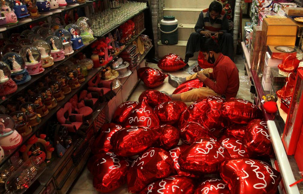 Love Is In The Air But Not On Airwaves As Pakistan Bans Valentine S Day