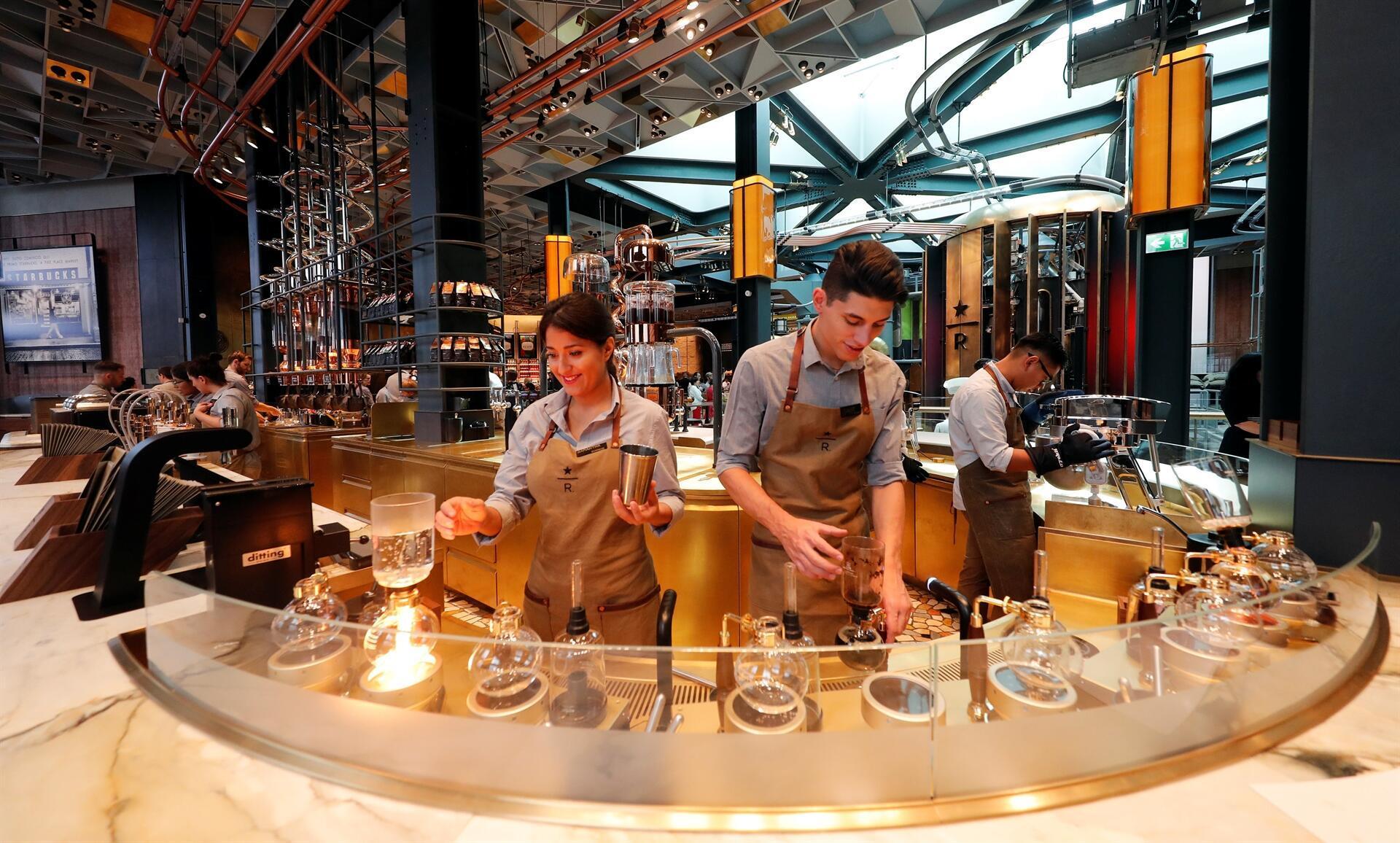 Starbucks finally opens cafe in italy home of espresso for Starbucks italie
