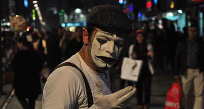 İzmir street performer fined for 'being too noisy'
