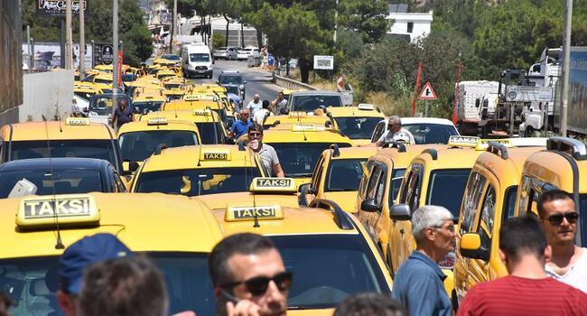 Taxi drivers halt traffic in Turkey's Bodrum after arrest of colleague for beating Uber driver