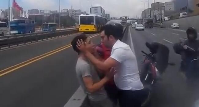 Man soothes angry driver after crash in extraordinary scene in Istanbul