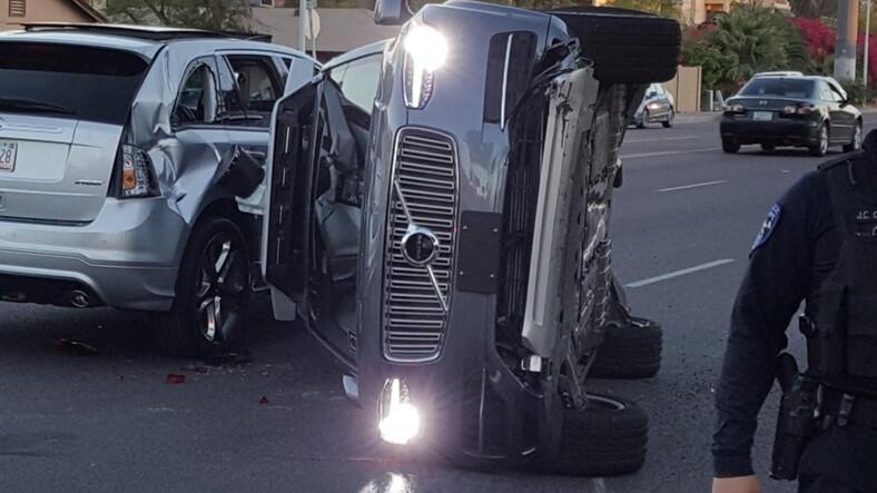 Uber'in sürücüsüz otomobili trafik kazası yaptı!