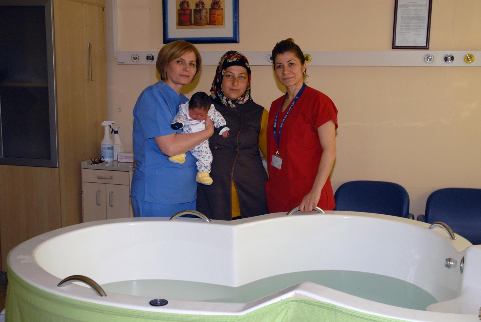 Devlet hastanelerinde suda doğum uygulaması başladı