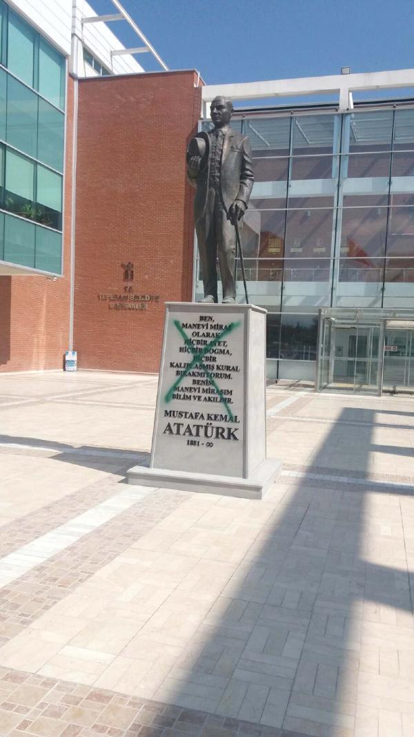 Antalyada Atatürk heykeline sprey boyalı saldırı