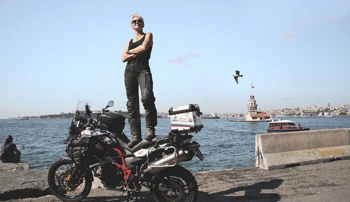 Tazminat parasıyla motosikletle dünyayı geziyor