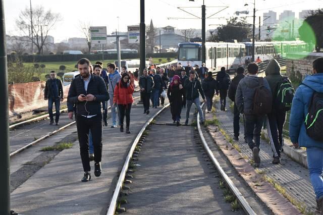 Topkapı da aynı bölgede tramvay yine raydan çıktı