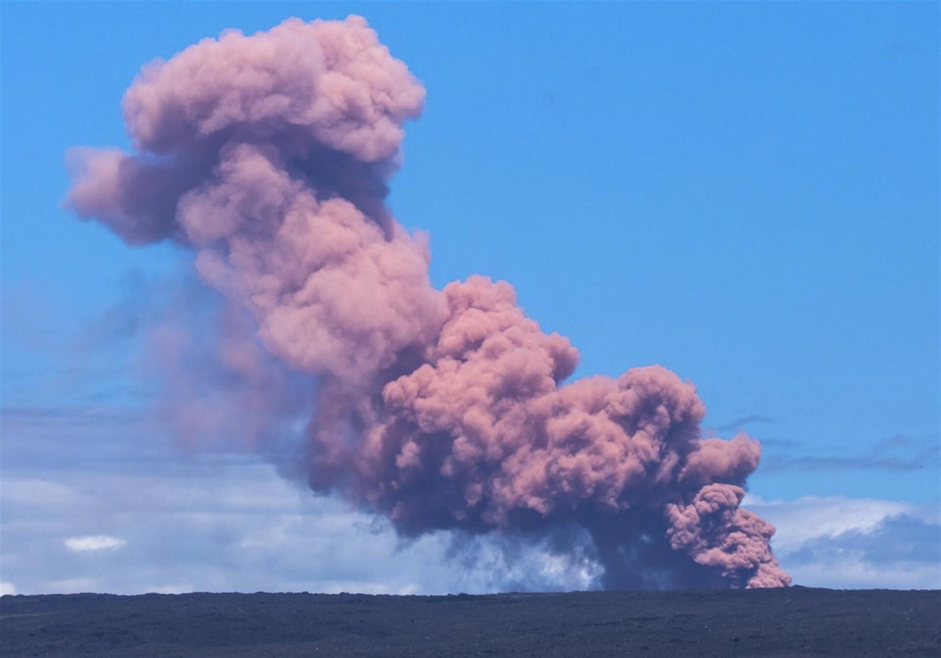 Hawai'de volkan patladı! Lavlar 46 metreye yükseldi