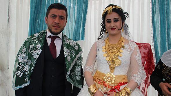 Aşiret düğününde gelin ve damada kilolarca altın takıldı…