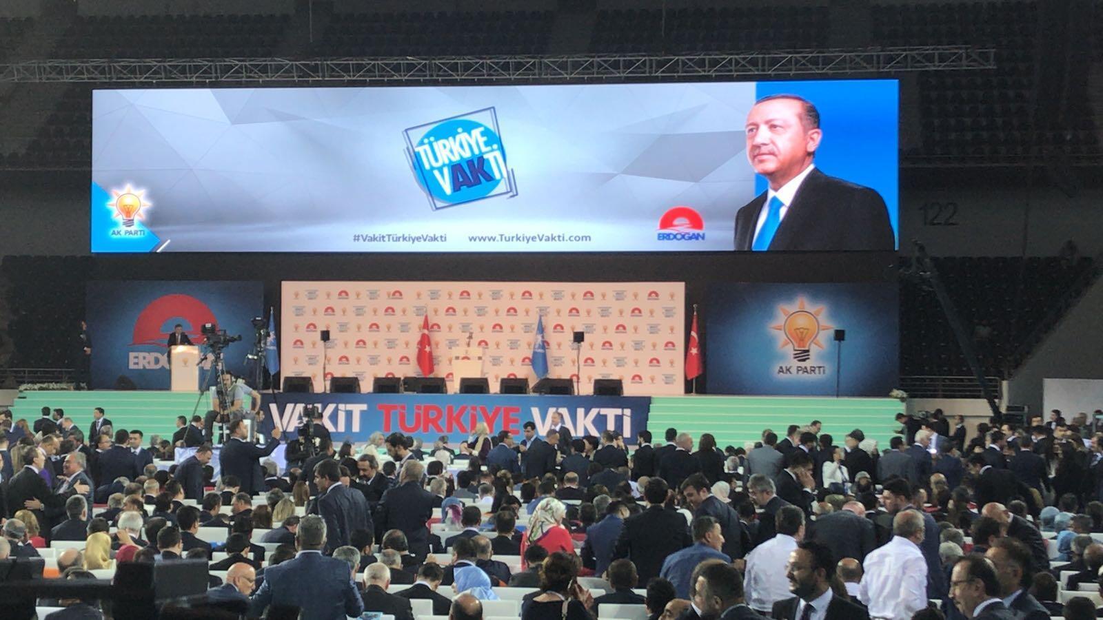 """-Ankara Spor Salonu'na """"Vakit Türkiye vakti"""", """"Güçlü Meclis, güçlü hükümet,"""
