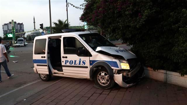 Devriye görevi yapan polis aracı kaza yaptı