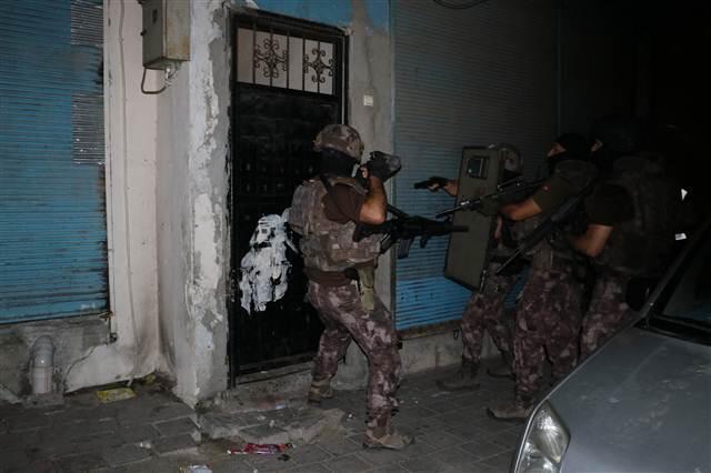 Adana Emniyet Müdürlüğü Terörle Mücadele Müdürlüğü (TEM) ekipleri, şafak vakti