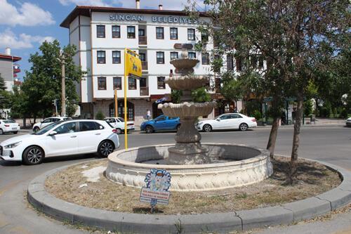 Sincan Belediyesi'ne ait Ulubatlı Hasan Hanımlar Konağı'nın önünde yer alan