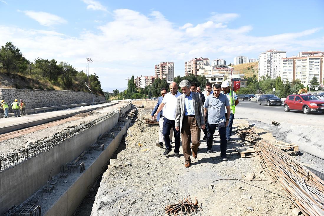 İlk olarak Akköprü Kavşağı düzenleme çalışmasının yürütüldüğü bölgeyi gezen Başkan