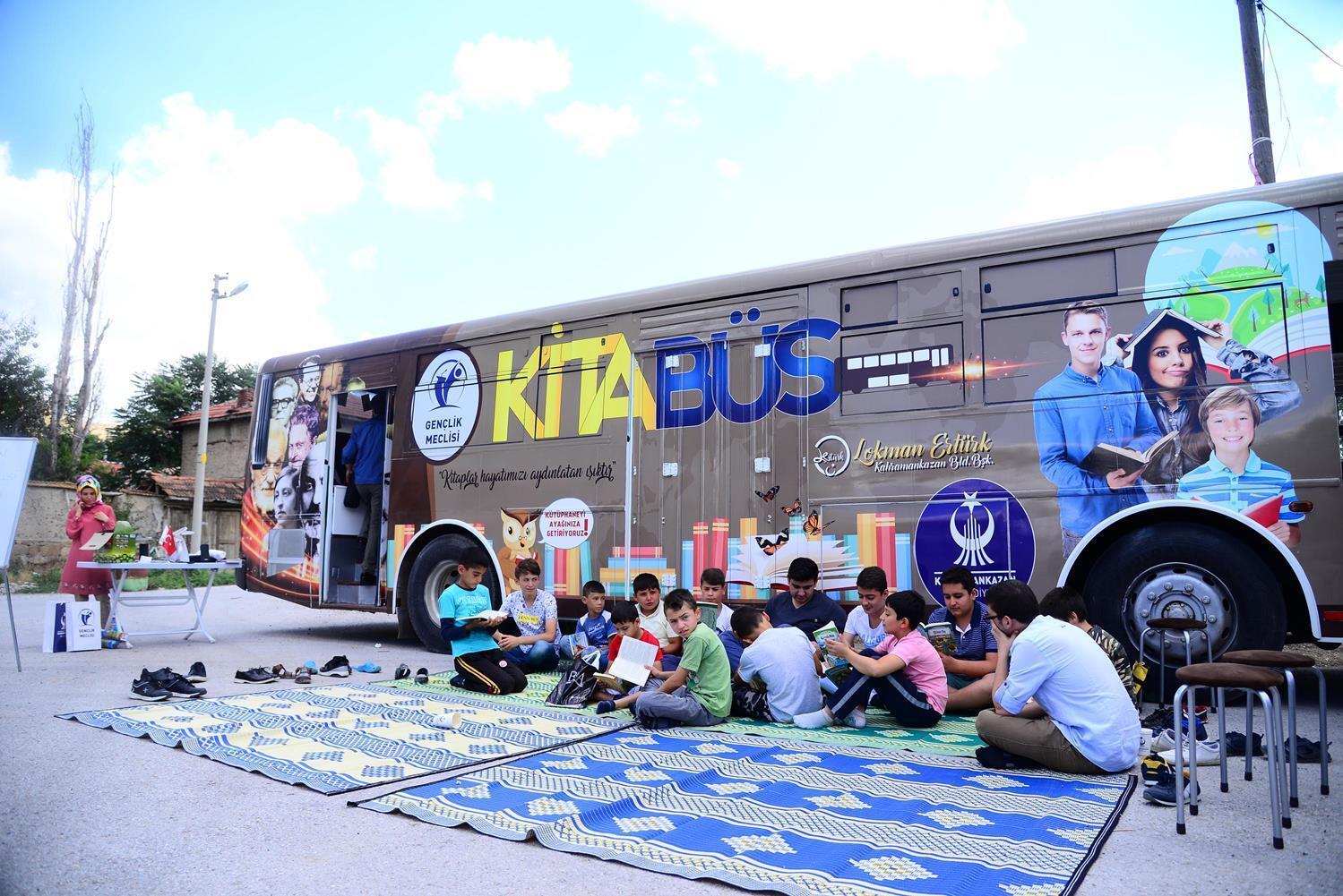 Kitabüs'e yoğun ilgi gösteren çocuklar ve gençler, otobüste kitap okudu.