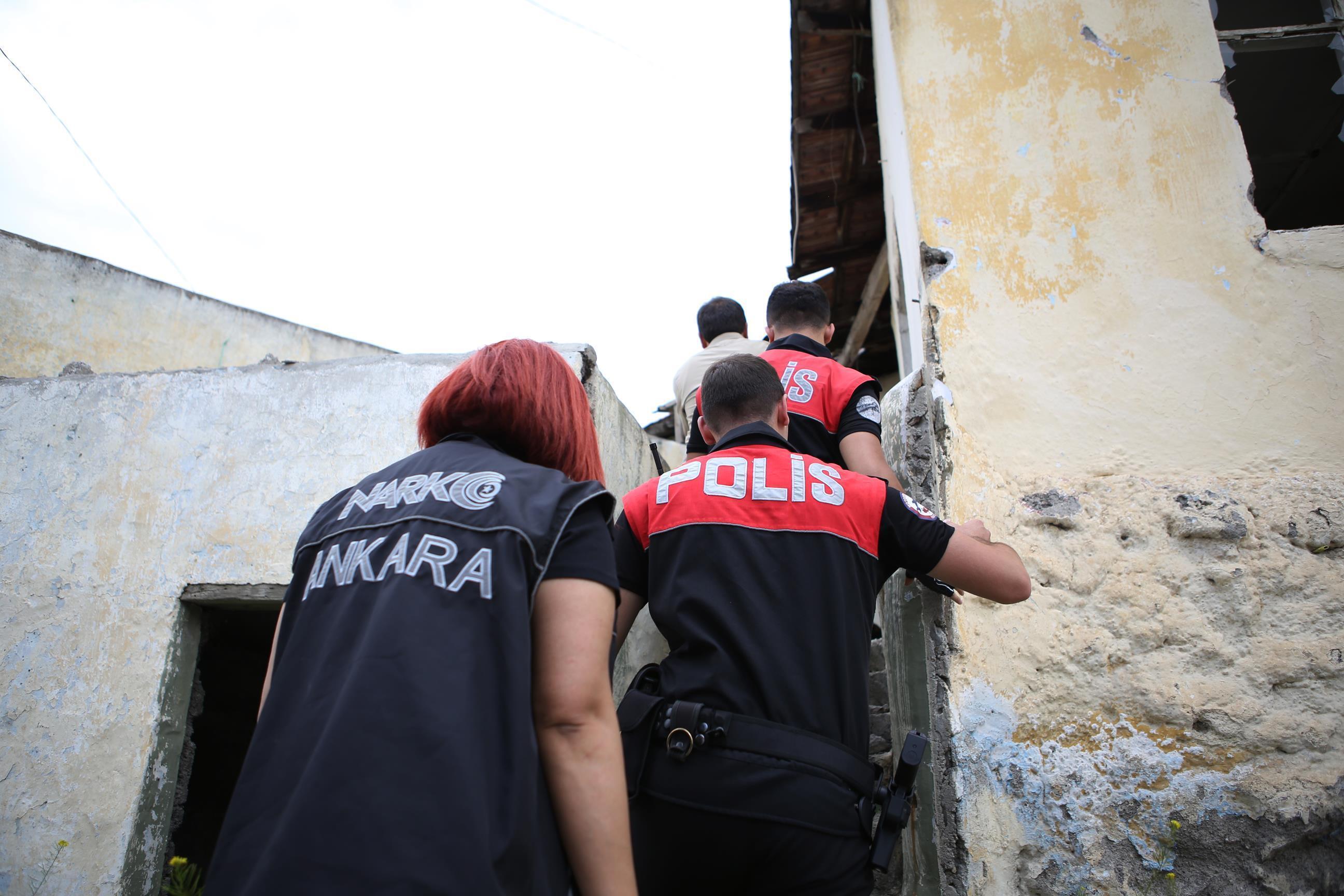 Operasyonlarda 35 şüpheli uyuşturucu veya uyarıcı madde imal ve ticareti