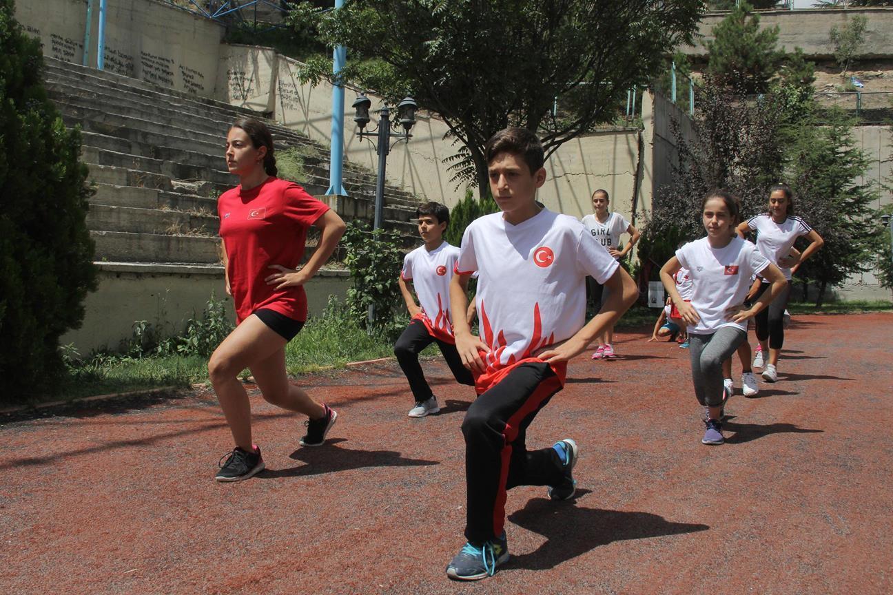 Bir süredir Etlik Olimpik Yüzme Havuzu'ndan yararlanamayan çocuklar, Etlik'teki Cengiz