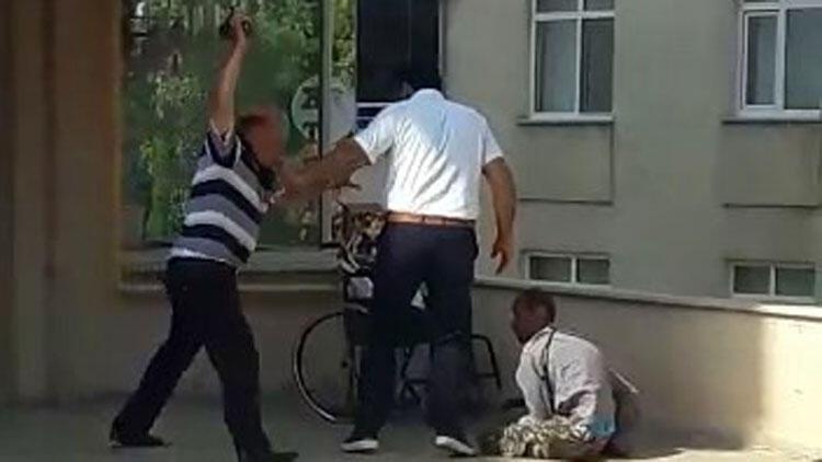 Kan donduran görüntü! Engelli oğlunu acımasızca dövdü…