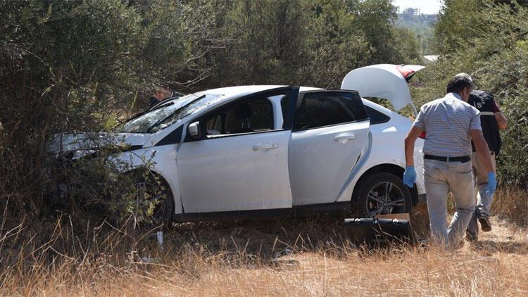 Ağaca çarpan otomobilde bıçaklanmış olarak bulundu