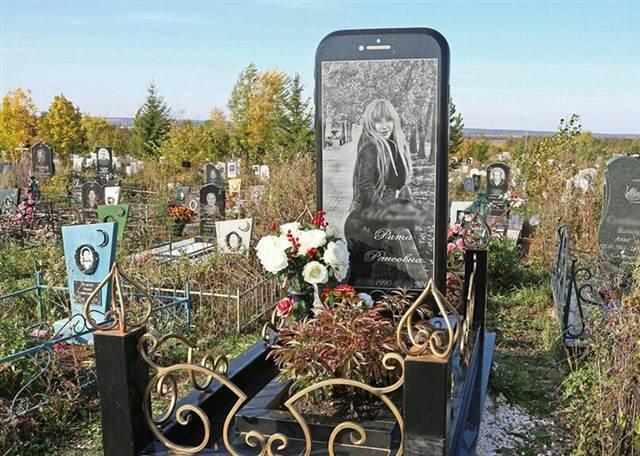 Telefonunu çok seven genç kıza iPhone şeklinde mezar taşı yapıldı