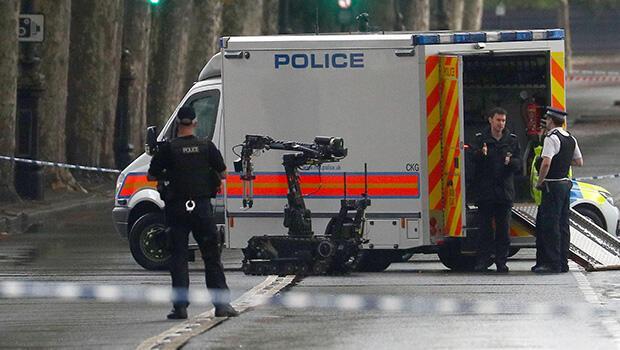 İngiltere'de bomba alarmı: Parlamento binasına giden yollar kapatıldı