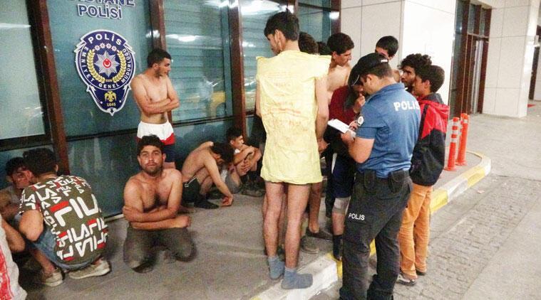 HRW Yunanistan için soruşturma istedi: Göçmenleri iç çamaşırıyla geri yolluyor